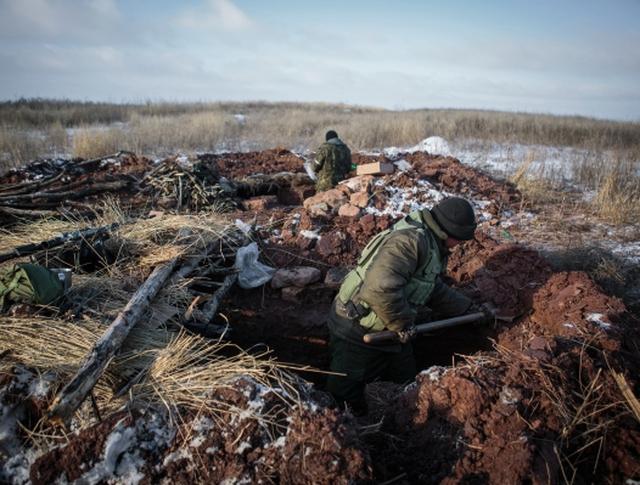 Ополченцы копают окопы на боевых позициях