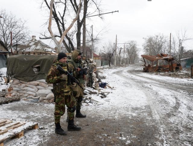 Ополченцы ДНР у разрушенного в результате обстрела дома