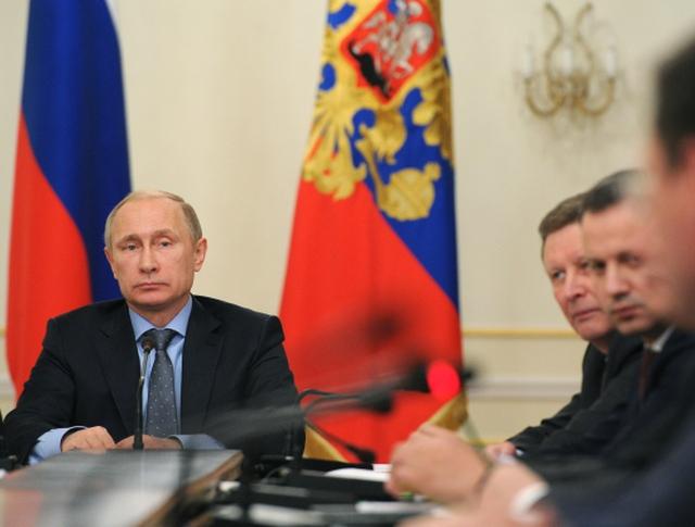 Президент России Владимир Путин проводит совещание с членами правительства РФ