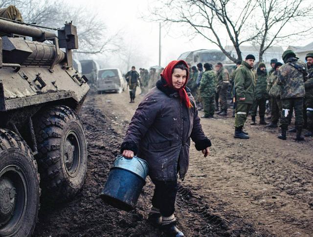 Жители Донецкой области и бойцы народного ополчения