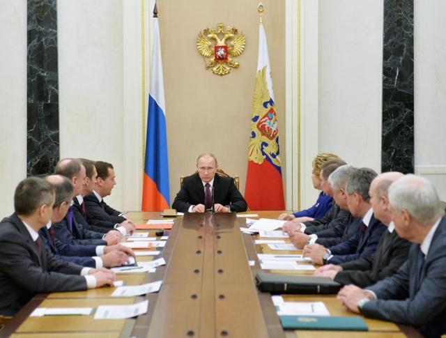 Президент России Владимир Путин на оперативном совещании с постоянными членами Совета Безопасности РФ