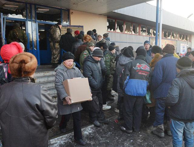 Жители Донбасса получают гуманитарную помощь