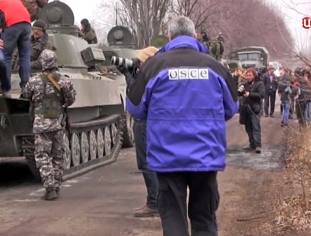 Представители ОБСЕ и военная техника народного ополчения ДНР