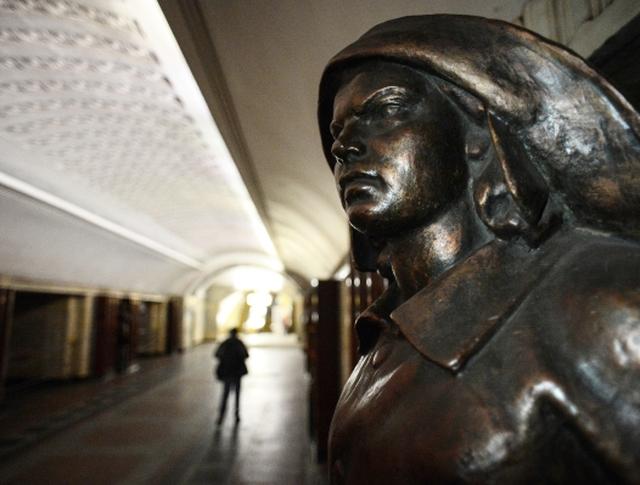 "Скульптура на станции метро ""Бауманская"""