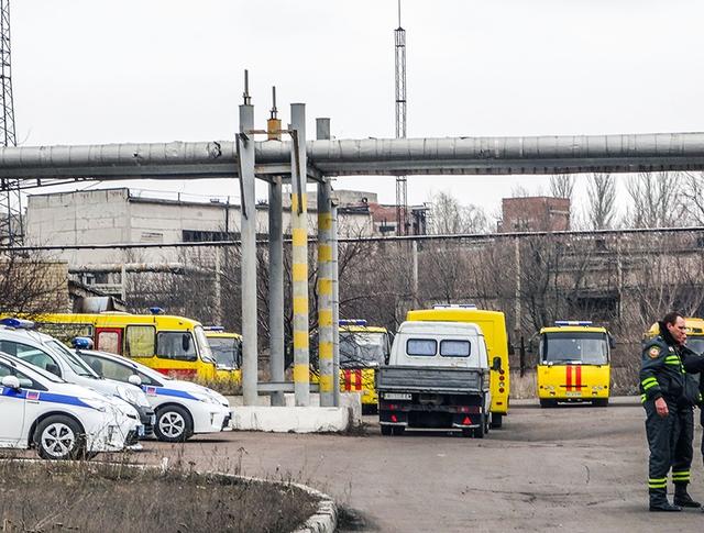 Автомобили спасательной службы и полиции около шахты имени Засядько под Донецком