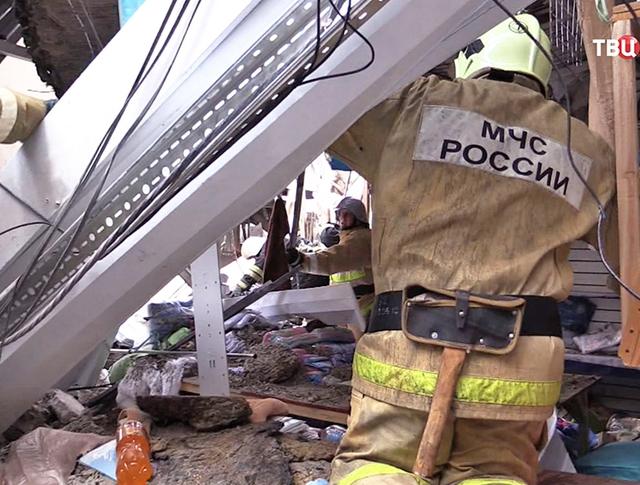 "Спасатели МЧС проводят разборку завалов ТЦ ""Адмирал"" в Казани"