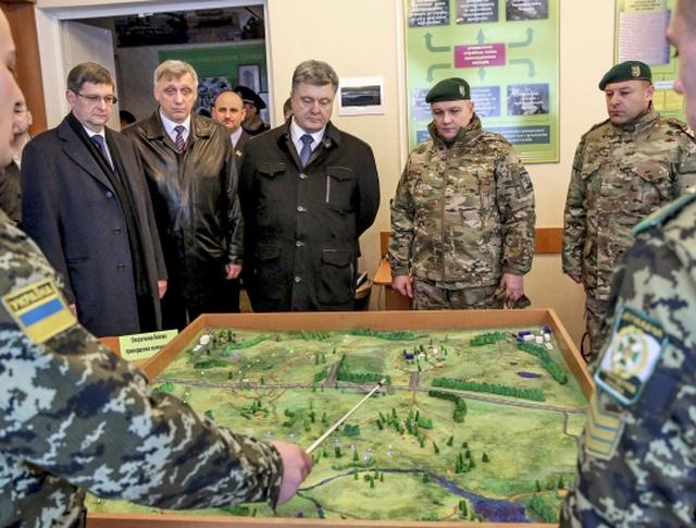 Пётр Порошенко и военнослужащие украинской армии