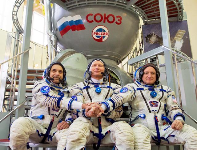 Участники экипажа Международной космической станции: астронавт НАСА Скот Келли и космонавты Роскосмоса Геннадий Падалка и Михаил Корниенко