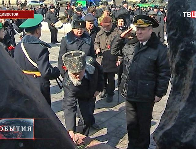 Возложение цветов к мемориалу во Владивостоке