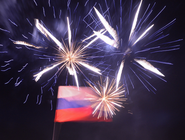 Российский флаг и праздничный фейерверк