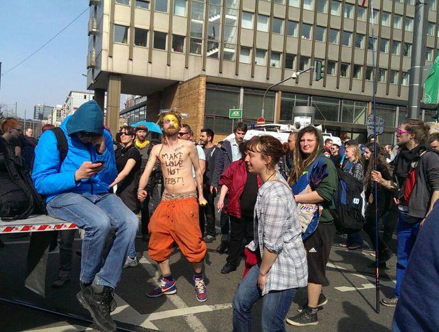 "Митинг во Франкфурте-на-Майне. Надпись: ""Делай любовь, не долг"""