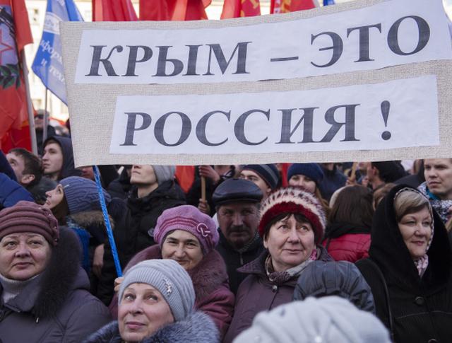 Участники акции, посвященной годовщине воссоединения Крыма и Севастополя с Россией