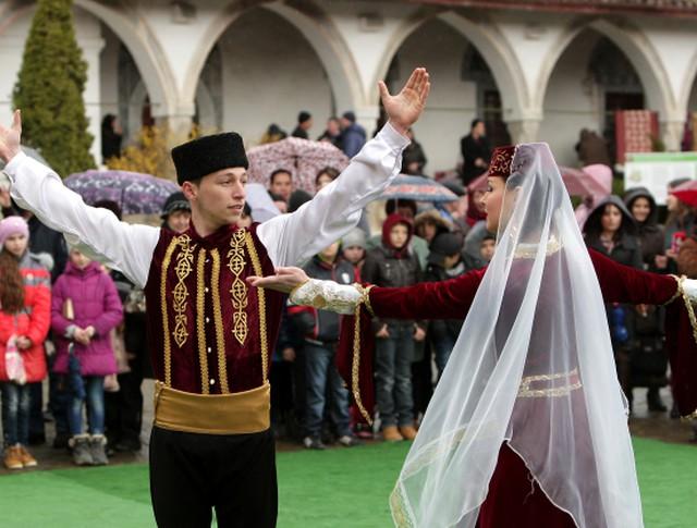 Мусульмане во время празднования праздника Навруз