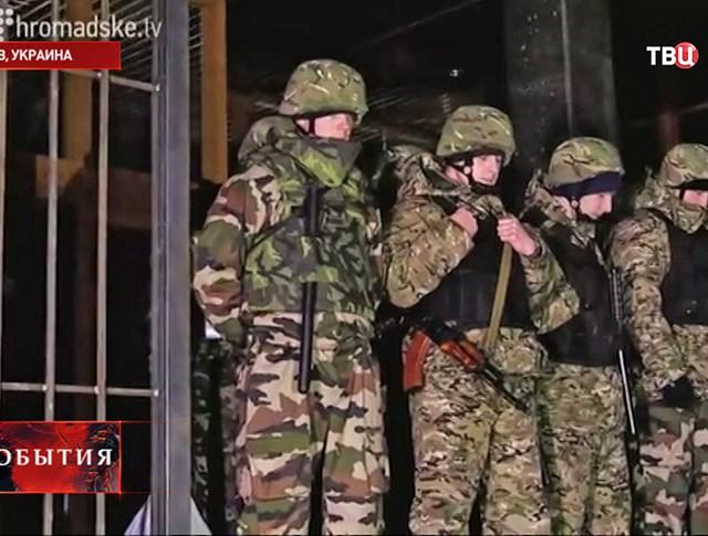 """Оцепление у входа в """"Укрнафту"""""""