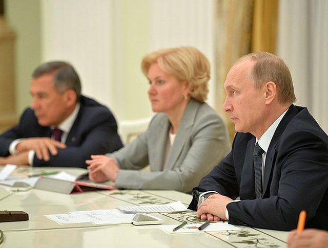 Президент Владимир Путин, заместитель председателя правительства РФ Ольга Голодец и глава Татарстана Рустам Минниханов