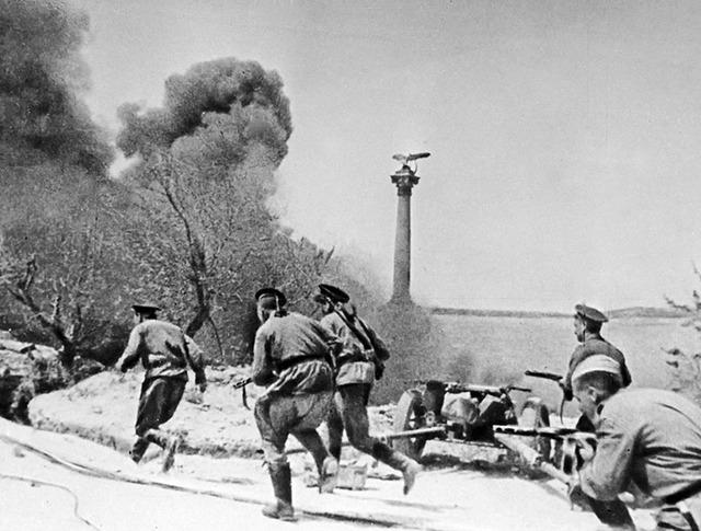 Морские пехотинцы во время боя в Севастополе