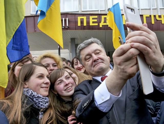 Президент Украины Пётр Порошенко фотографируется со студентами