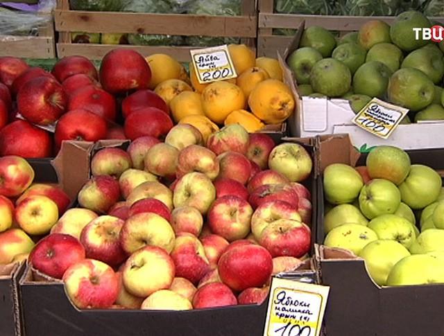 Яблаки на прилавке
