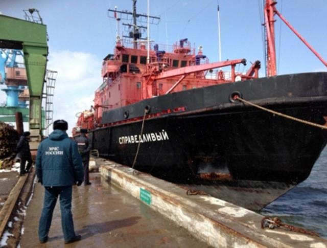 Судно со спасенными в Охотском море рыбаками