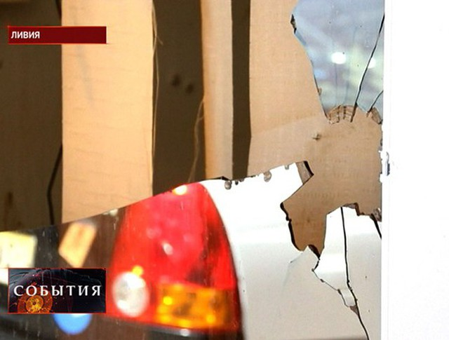 Осколки стекла после взрыва в Ливии