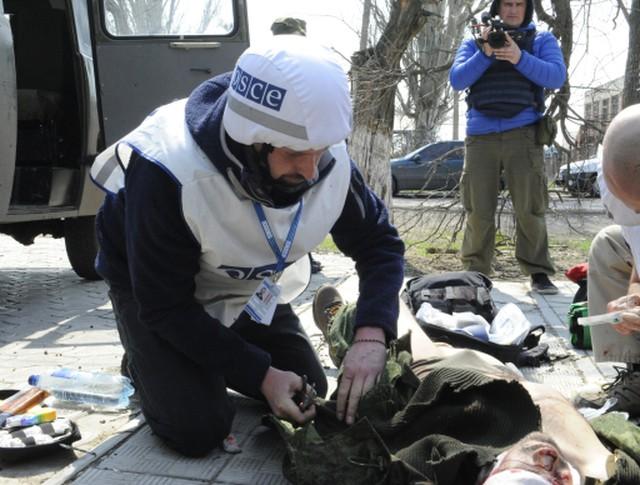 """Сотрудники миссии ОБСЕ оказывают первую помощь репортеру телеканала """"Звезда"""" Андрею Луневу"""