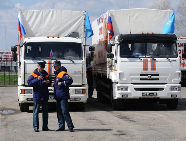 Сотрудники МЧС во время формирования очередного гуманитарного конвоя для Донецкой и Луганской народных республик