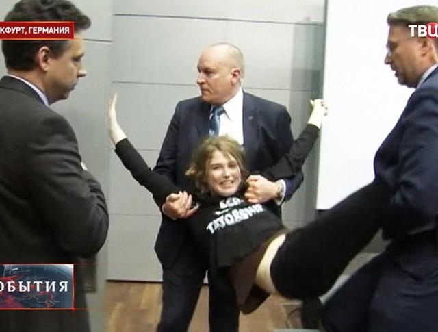 Во время задержания девушки