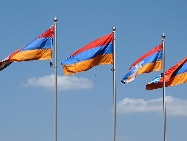 Флаги Нагорно-Карабахской Республики и Армении