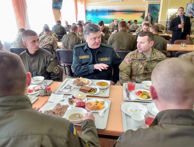 Президент Украины Пётр Порошенко и военнослужащие армии США в столовой