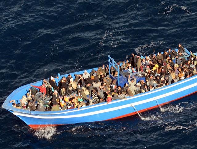 Судно с мигрантами в Средиземном море