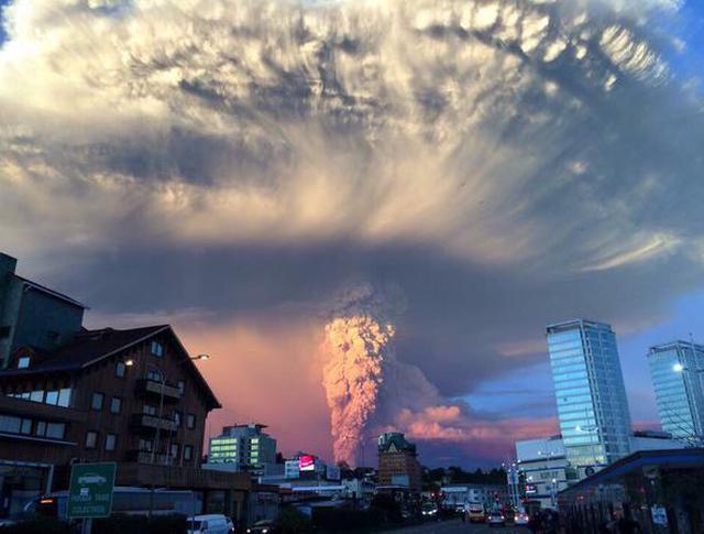 Извержение вулкана Кальбуко в Чили, вид со стороны Пуэрто-Монта