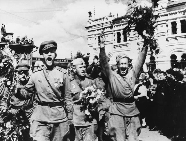 Советские воины празднуют победу