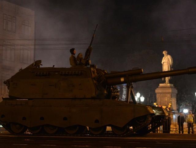 """Самоходная артиллерийская установка """"Мста"""" в колонне военной техники"""