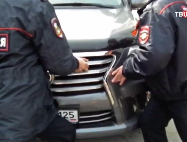 Полицейские Владивостока препятствуют проезду автомобилю депутата краевого парламента