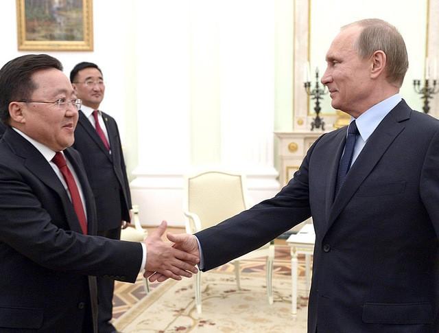 Президент России Владимир Путин и президент Монголии Цахиагийн Элбэгдорж