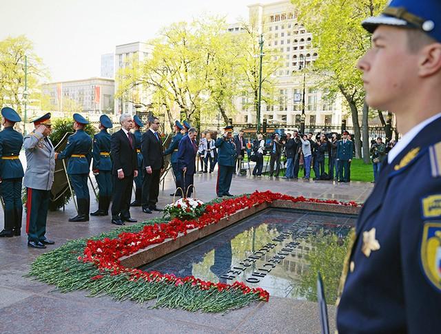 Сергей Собянин принял участие в церемонии возложения цветов к Могиле неизвестного солдата