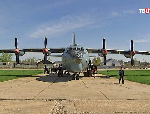 Подготовка военного самолета к разгону облаков