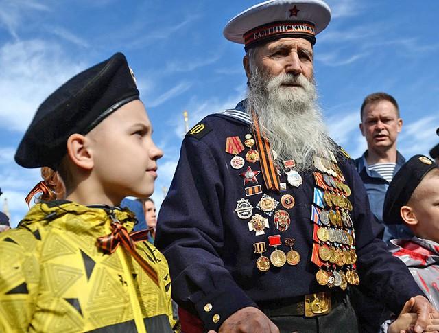 Ветеран Великой Отечественной войны с правнуками