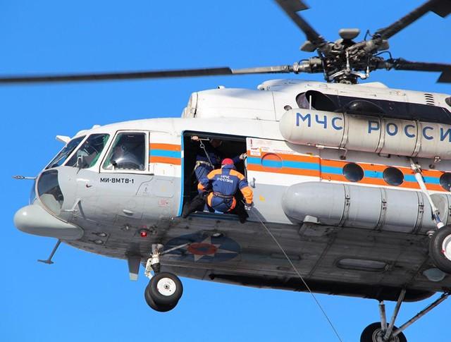 Спасатели МЧС высаживаются с вертолёта Ми-8