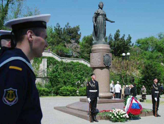 Церемония возложения цветов к памятнику основательницы Черноморского флота и города императрице Екатерине II