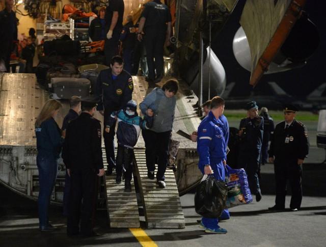 Сотрудники МЧС РФ встречают детей с юго-востока Украины, прибывших спецбортом МЧС РФ для дальнейшего лечения
