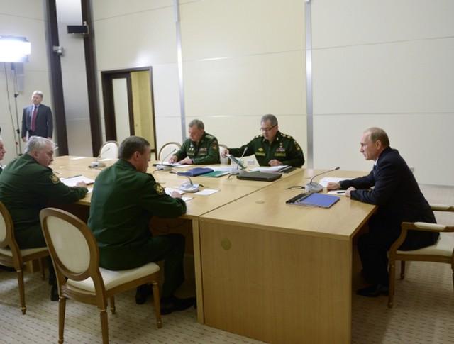 Президент России Владимир Путин проводит совещание по вопросам развития вооруженных сил РФ
