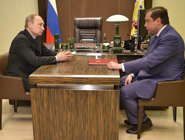 Президент России Владимир Путин и губернатор Смоленской области Алексей Островский