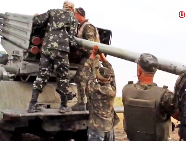 """Украинские военные заряжают РСЗО """"Град"""""""