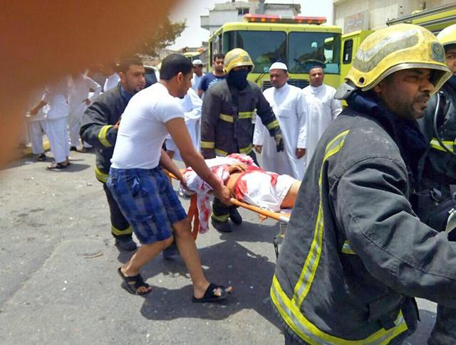 Эвакуация пострадавших при теракте в Саудовской Аравии