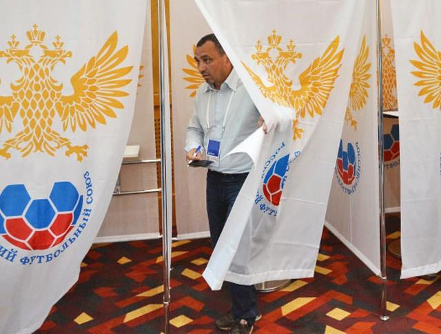 Голосование делегатов конференции Российского футбольного союза