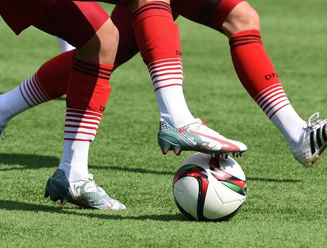 Футболисты с мячом