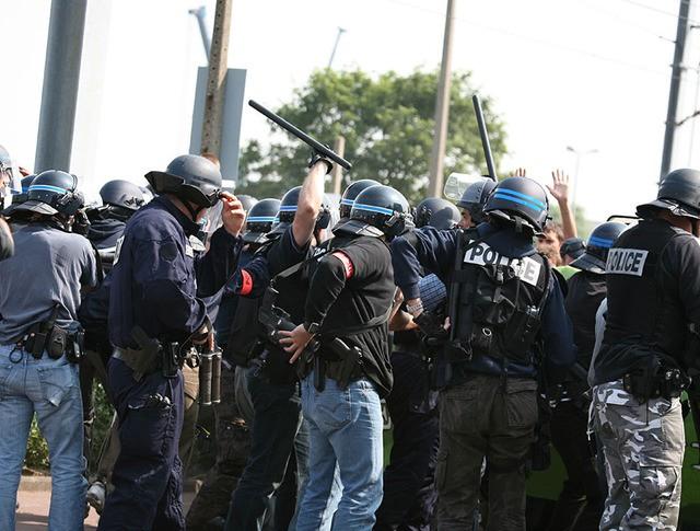 Полиция во время задержания мигрантов