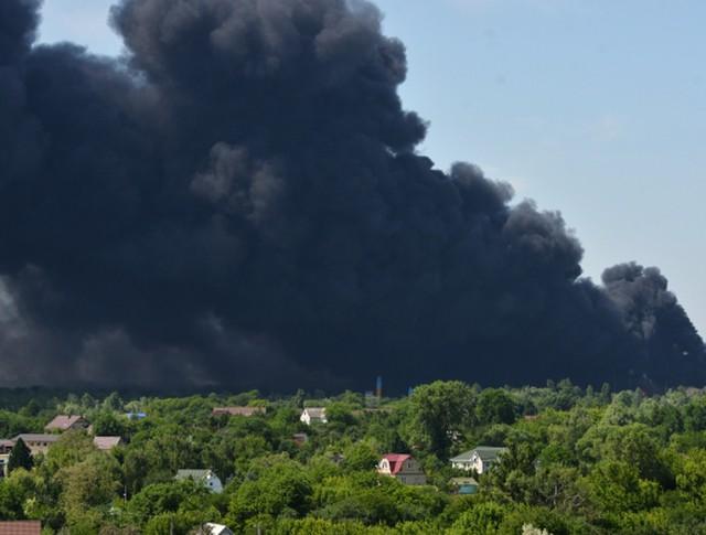 Дым от пожара на территории нефтебазы