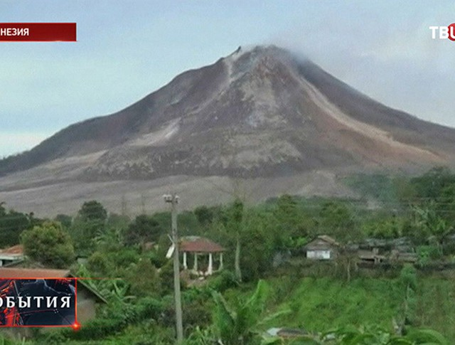 Извержение вулкана Синабунг в Индонезии
